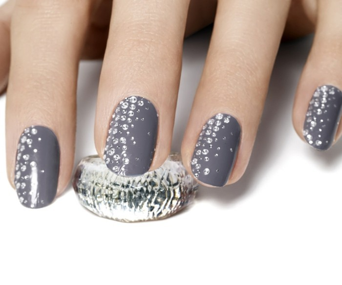 bling bling nails, round grey nails, decorated with tiny rhinestones, silver textured ring