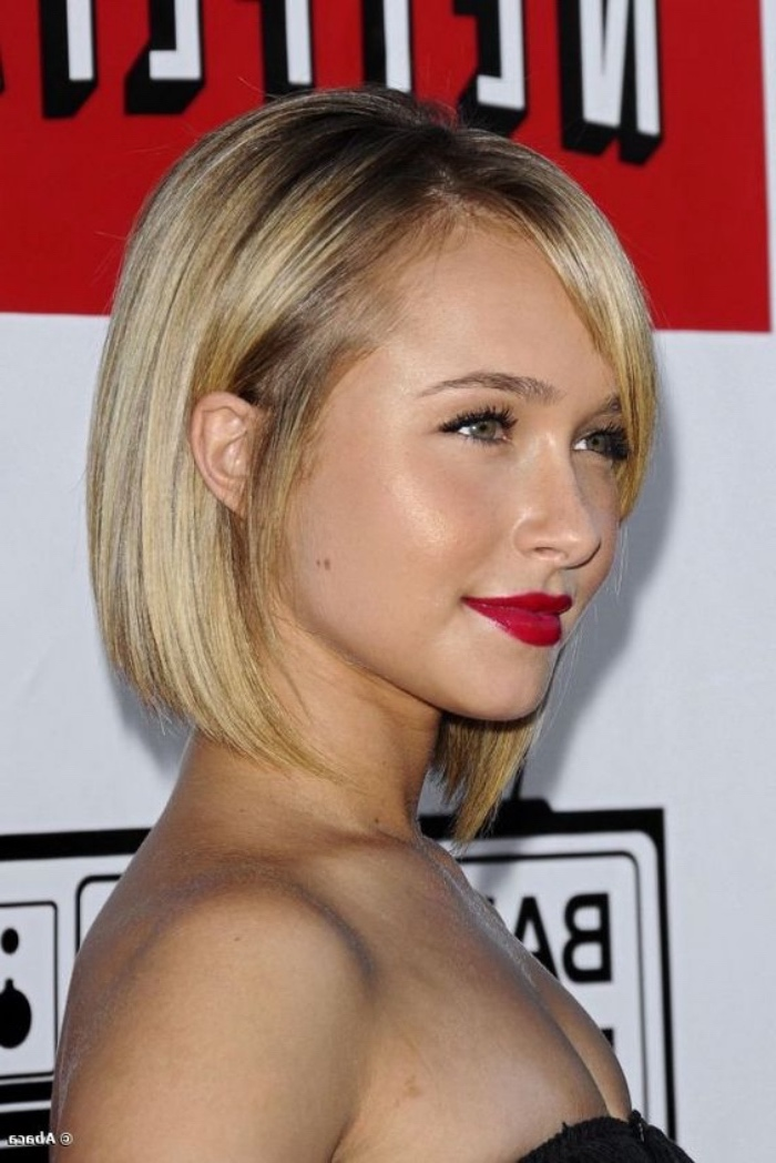 hayden panettiere with chopped blonde hair, strapless top and bright red lipstick, short bob haircuts