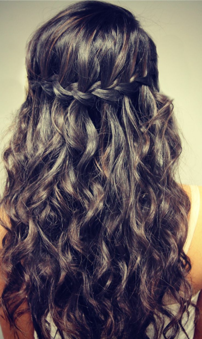 elizabethan hairstyles, dark brown curly hair with highlights, decorated with a single side braid