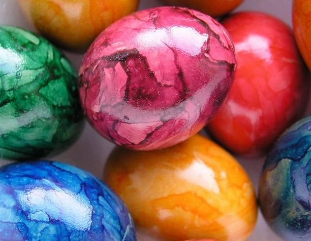 marble effect easter eggs, in red orange and pink, blue and green, easter egg coloring with shiny glossy surface