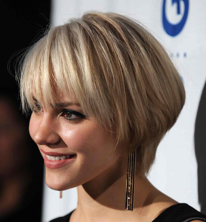 eye pencil in black, and discrete make up, on smiling blonde woman, with bowl-like haircut, and side bangs, short haircuts for fine hair, black top and long earrings