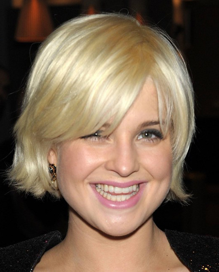 bubblegum pink lipstick, worn by kelly osborne, with soft straw blonde bob, layered and featuring side bangs, half covering one of her eyes, easy short hairstyles