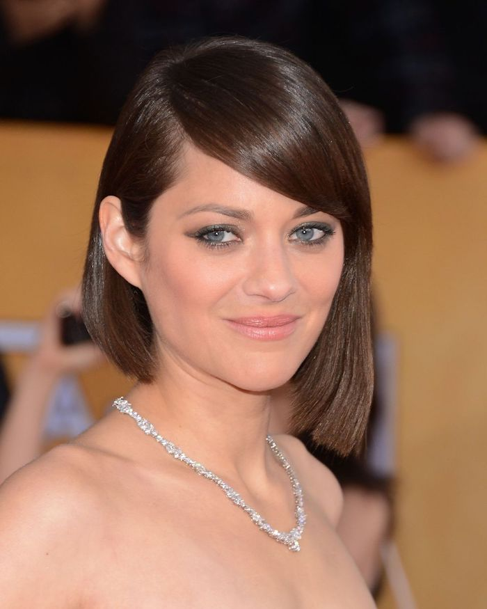 straight and smooth asymmetrical bob, with deep side part, worn by marion cotillard, hairstyles for fine thin hair, silver encrusted necklace