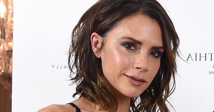 messy wavy long brunette bob, with deep side part, worn by victoria bekham, smiling and wearing discrete make up, hairstyles for fine thin hair