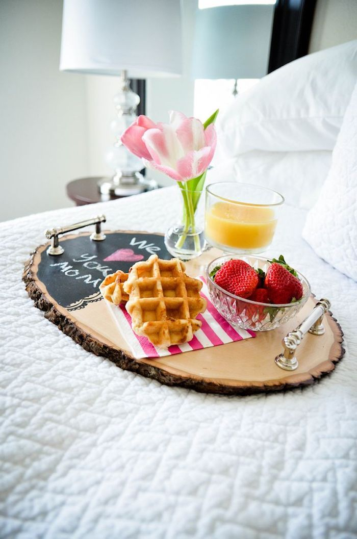 breakfast serving tray, made of wooden log and small chalkboard, creative diy christmas gifts, placed on bed with white linen