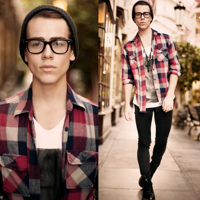 hipster outfit with flannel shirt, unbuttoned to reveal a white t-shirt, with grey print, 90s party outfits for guys, dark grey skinny jeans, beanie hat and glasses