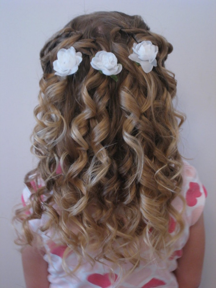 curled dark blonde hair, with strong natural highlights, and three white floral ornaments, simple hairstyles, seen from the back, worn by a small girl