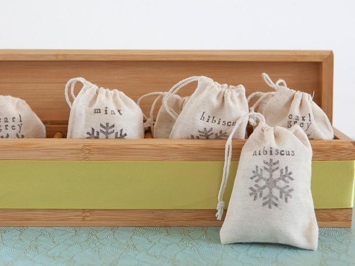 wooden box with green ribbon around it, small tea bags inside it, diy gift ideas, earl grey mint and hibiscus tea