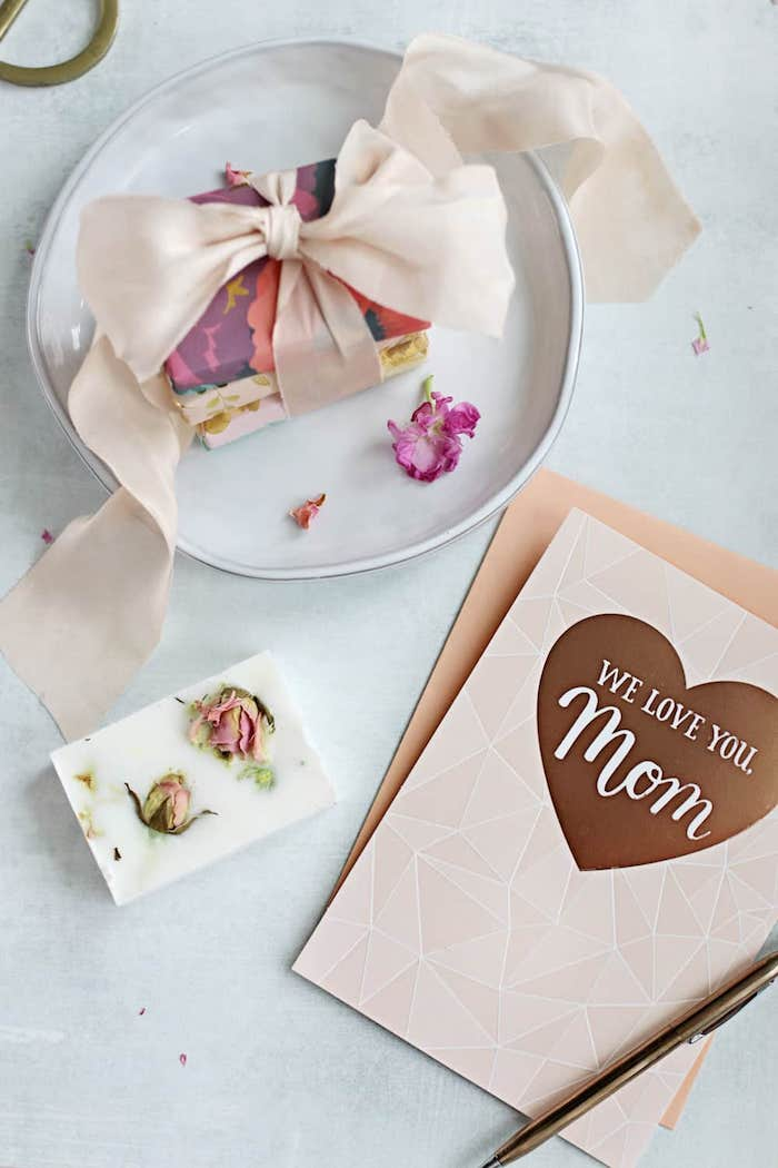 small carton boxes, wrapped together with a ribbon, placed in white plate, diy gift ideas, we love you mom card
