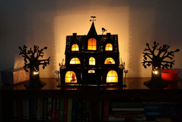 1001 ideas for truly creepy halloween decorations. Black Bedroom Furniture Sets. Home Design Ideas