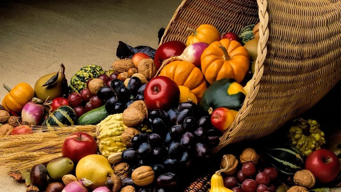 rattan decoration shaped like a horn, with fruit and vegetables spilling out from it, thanksgiving card messages, apples and plums, small pumpkins and gourds, dried wheat stalks, walnuts and others, horn of plenty