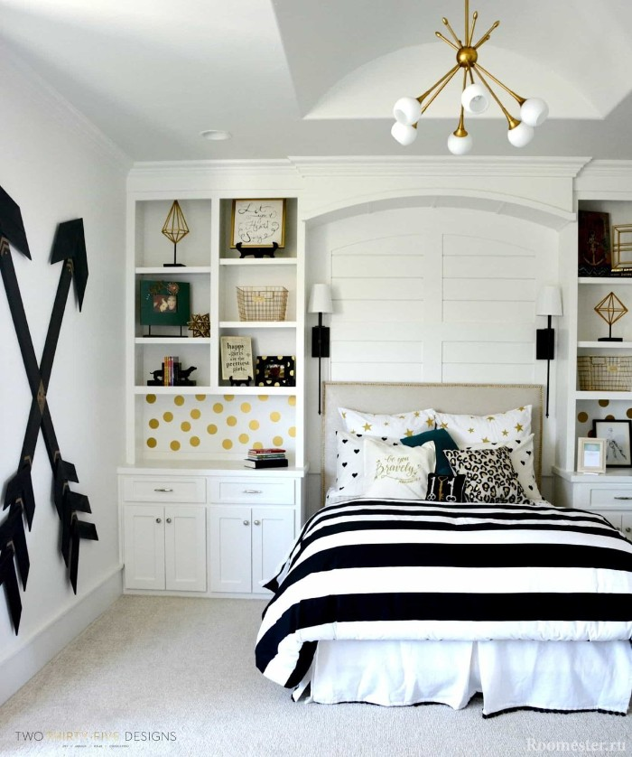 crossing large black arrows, decorating one of the walls of a room, decorated in white and black, teen bedrooms with gold motifs