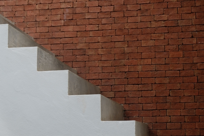 how to choose the best design for your staircases, stairs made by cement, wall of red bricks