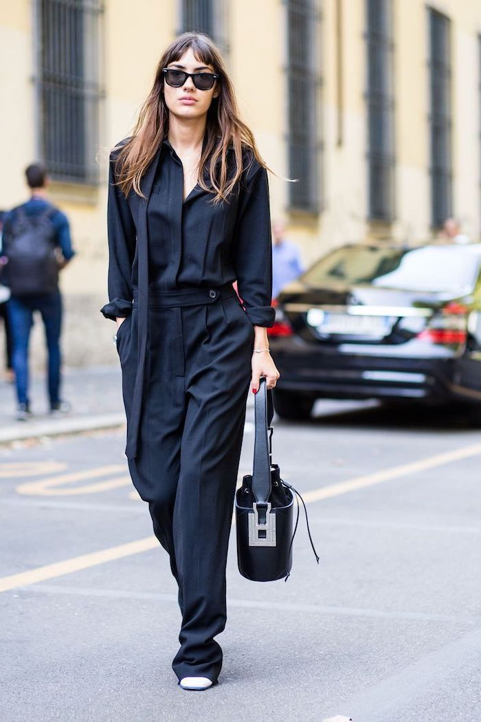 navy blue jumpsuit, white shoes, outfit casual, black leather bag, black sunglasses