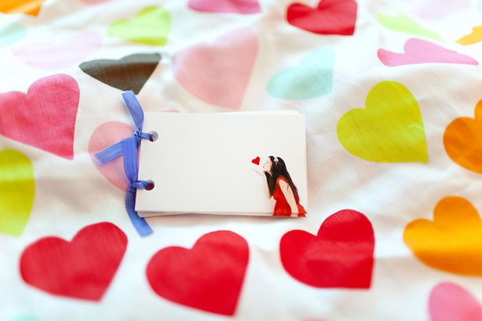 flip book, girl blowing kisses and hearts, cute gifts for boyfriend
