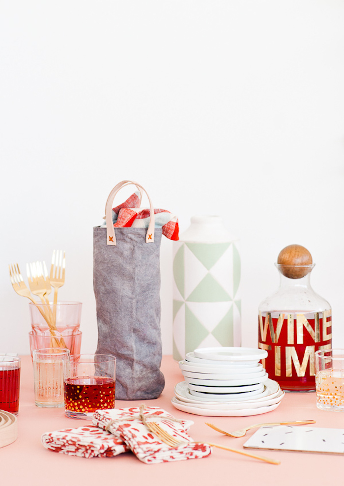 step by step, diy tutorial, canvas wine bag, housewarming gifts, party table, wine pitcher
