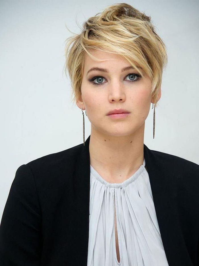 short hairstyles with bangs, jennifer lawrence, blonde hair, black blazer, white top