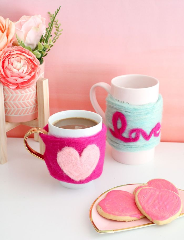 white coffee mugs, wrapped in colourful yarn, diy christmas gifts for mom, heart shaped biscuits