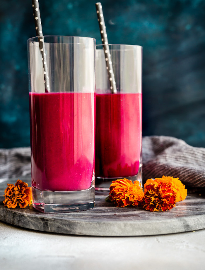 dried flowers, banana smoothie recipe, tall glasses, black straws, ceramic cutting board