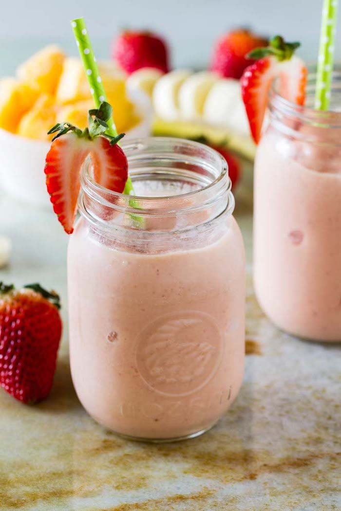 green paper straws, strawberry slices, how to make a fruit smoothie