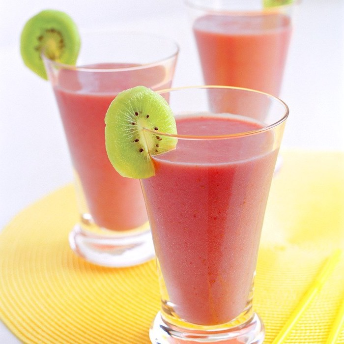 pink smoothies, in tall glasses, kiwi slices on the rim, how to make a fruit smoothie, yellow mat