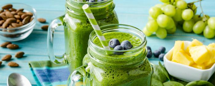 green smoothies, in jars, blackberries on top, how to make a smoothie with frozen fruit, green and white paper straws