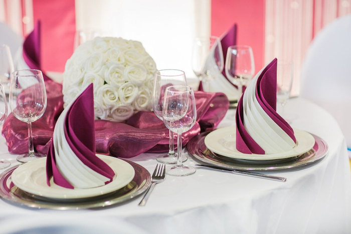 white roses bouquet, pink and white napkins, how to fold dinner napkins, wine glasses