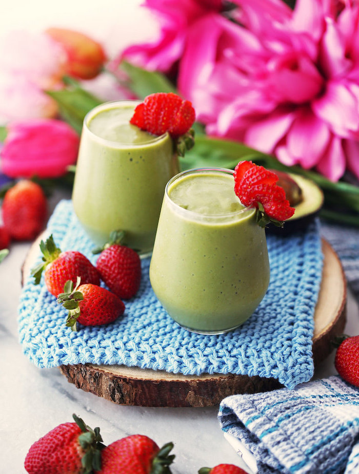 blue knitted cloth, on a wooden board, how to make a green smoothie, strawberries on the rims