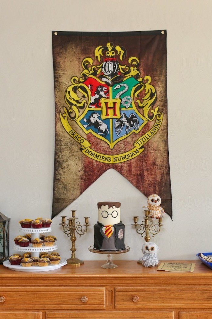 hogwarts flag, harry potter theme, 16th birthday party ideas, harry potter cake, cupcake stand