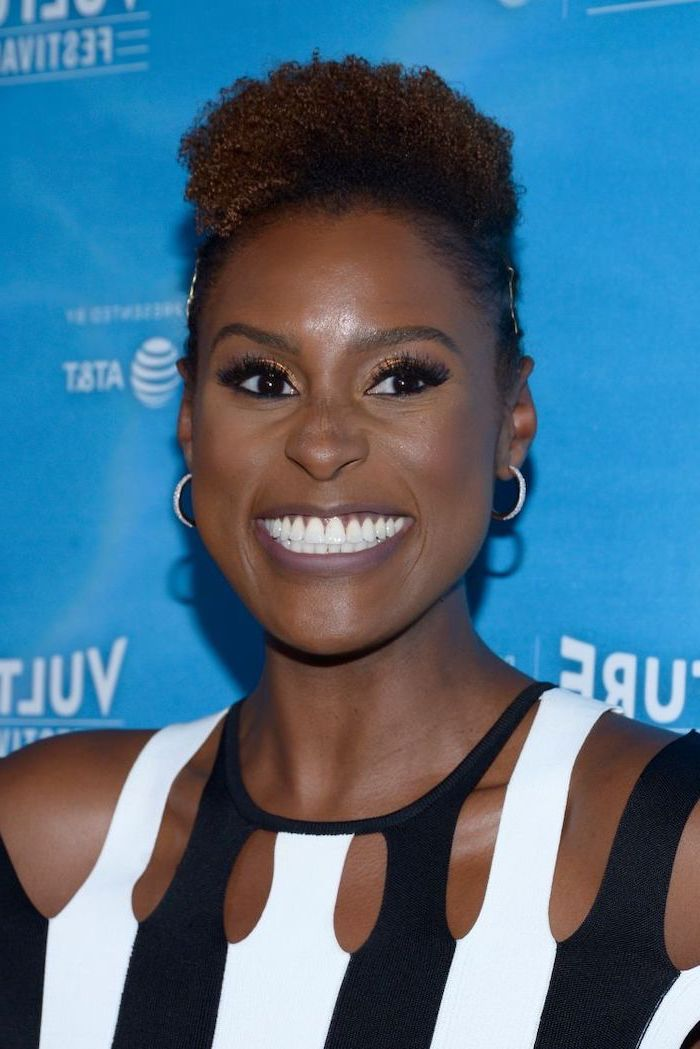 bob hairstyles for black women, issa rae smiling, black and white dress, blue background