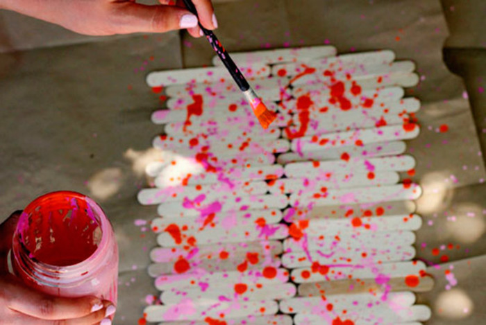 table runner, made of popsicle sticks, sprayed with pink and red paint, birthday themes, diy tutorial, step by step