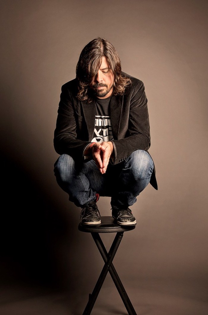 dave grohl, standing on a chair, medium haircuts for men, black velvet blazer, black t shirt