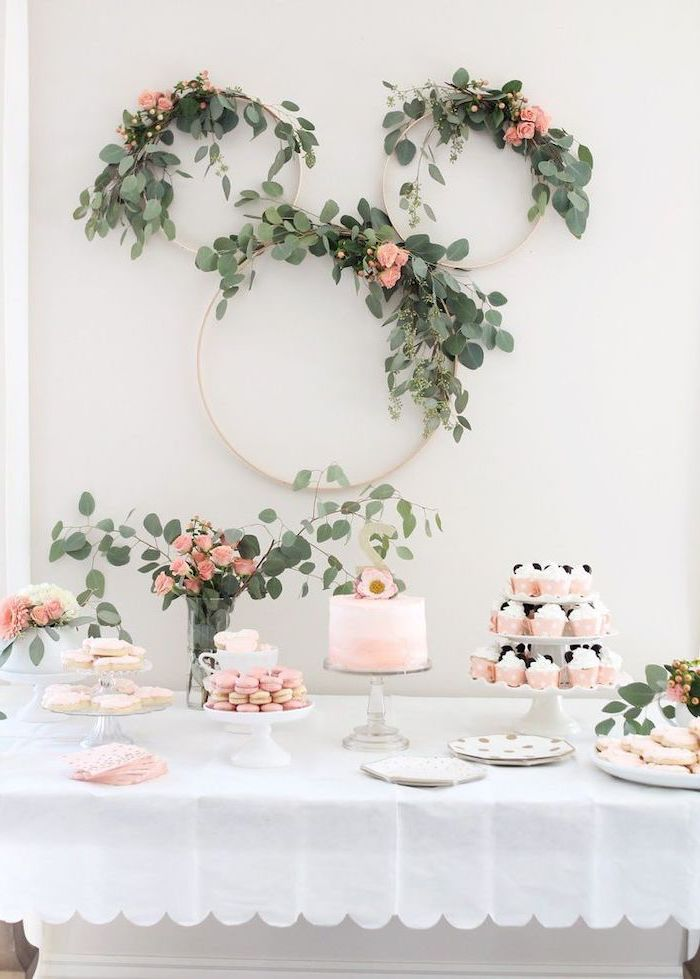 floral wreaths, arranged as the face of minnie mouse, dessert table, baby shower ideas, cake and cupcakes