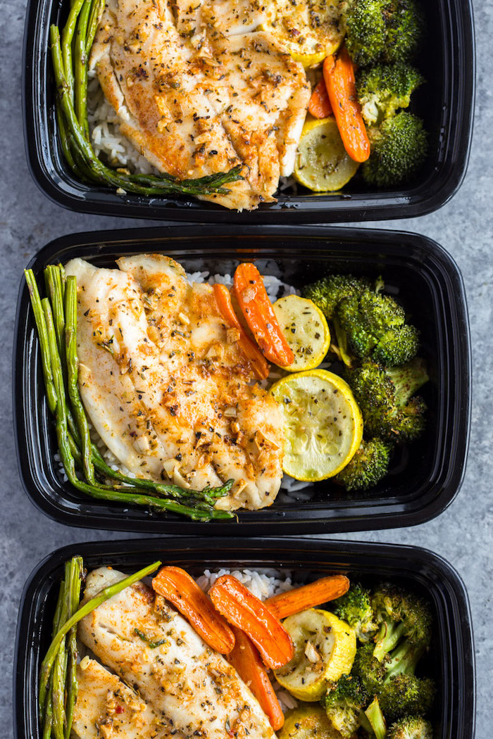 easy meal prep ideas, chicken fillet, with asparagus, broccoli and carrots, black plastic containers