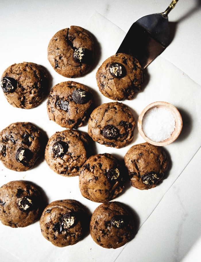 cocoa cookies, easy chocolate chip cookies, large chocolate chips, white baking paper, silver spatula
