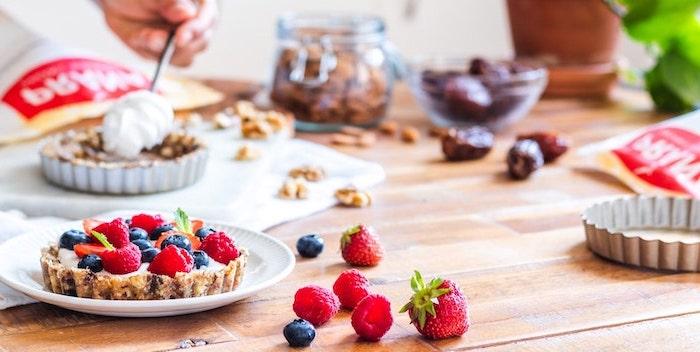 cookie yoghurt tart, easy no bake desserts, strawberries raspberries and blueberries, wooden table