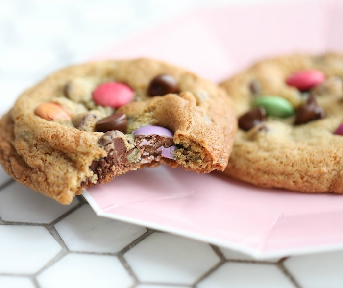 cookies with m and ms, soft chocolate chip cookie recipe, pink plate, white table