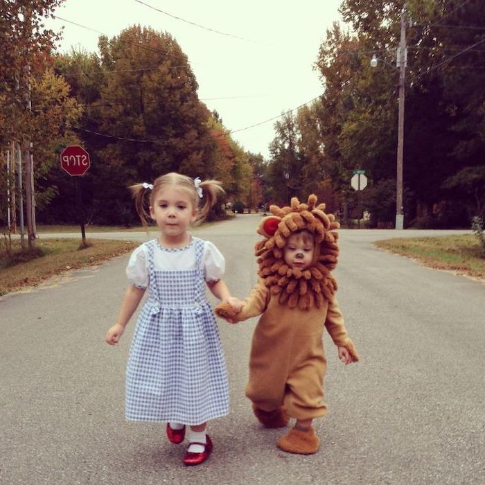 girl dressed as dorothy, boy dressed as cowardly lion, holding hands, cute halloween costumes for girls