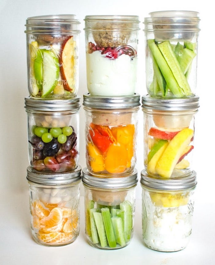 easy lunches for work, mason jars, filled with different meals, fruits and vegetables, granola and yoghurt