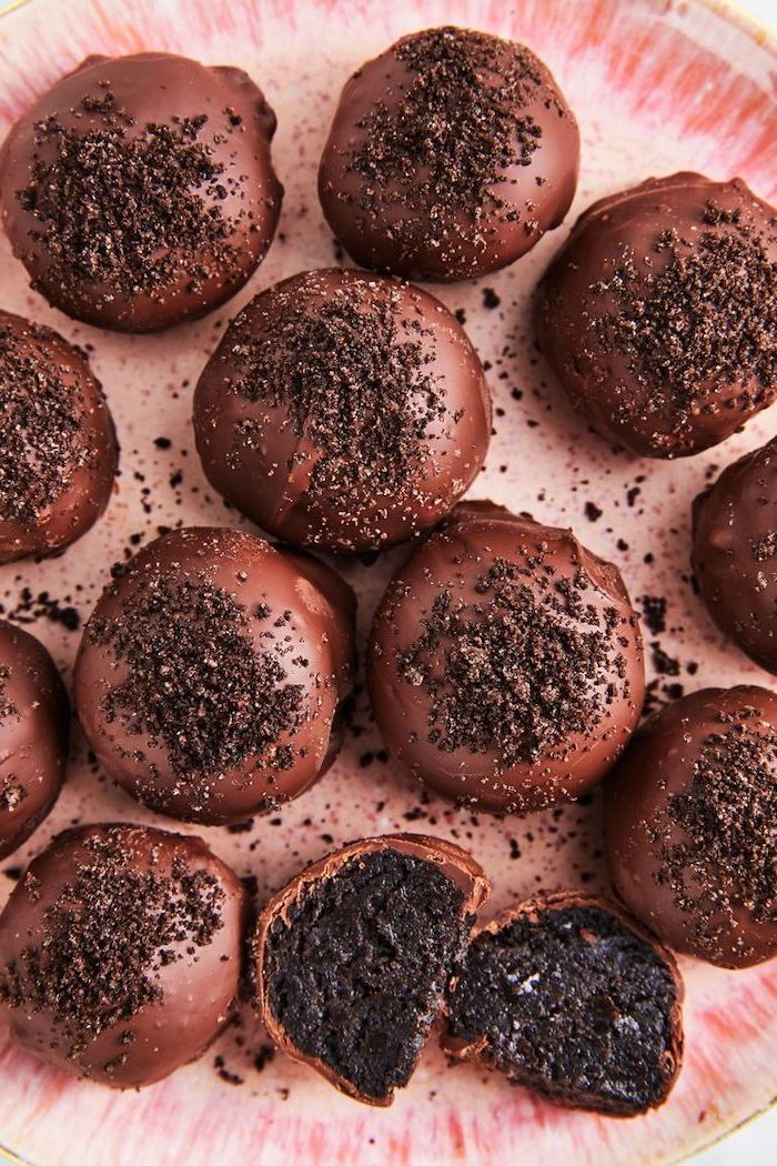 oreo cake pops, covered in chocolate, cookie crumbs on top, summer dessert recipes, pink plate