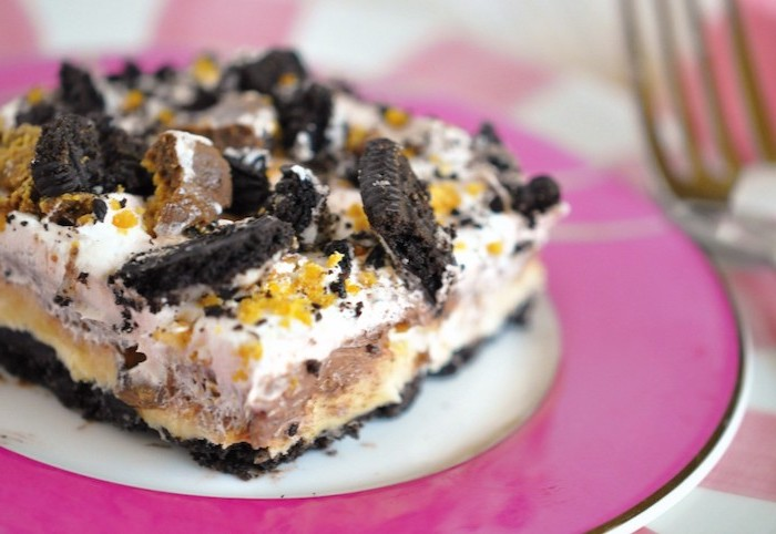 white and pink plate, easy dessert recipes with pictures, oreo cake, oreo cookie crumbs on top