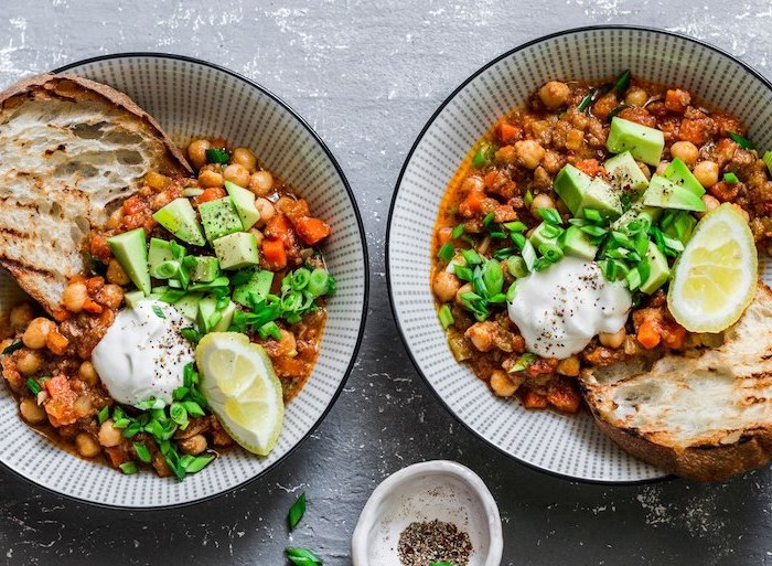 toasted bread, chickpeas and beans chilli, healthy meal prep ideas, avocado sliced, green onions, lemon slices