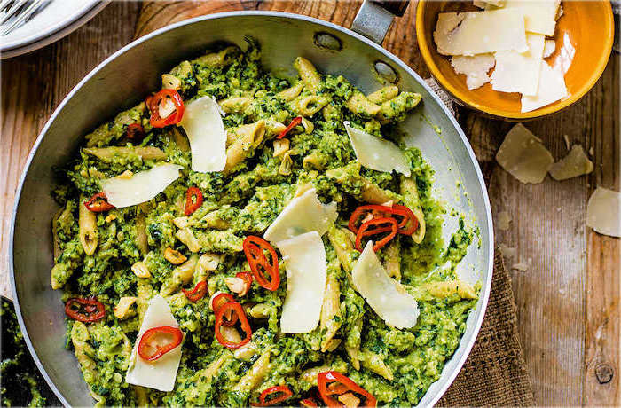 pasta with pesto, parmesan on top, sliced peppers, healthy meal prep ideas for weight loss, wooden table