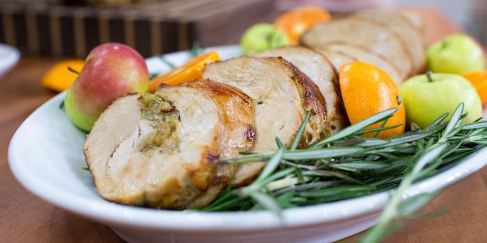turkey slices, lemon slices, fresh rosemary, apples on the side, best thanksgiving turkey recipe, white plate