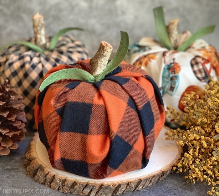 fall decor, step by step, diy tutorial, pumpkins made of flannel table cloth, on wooden logs, green ribbons