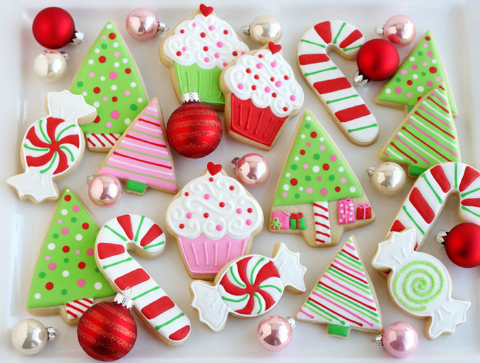christmas cookie decorating ideas, cookies in different shapes, cupcakes candy canes and christmas trees, placed on white plate
