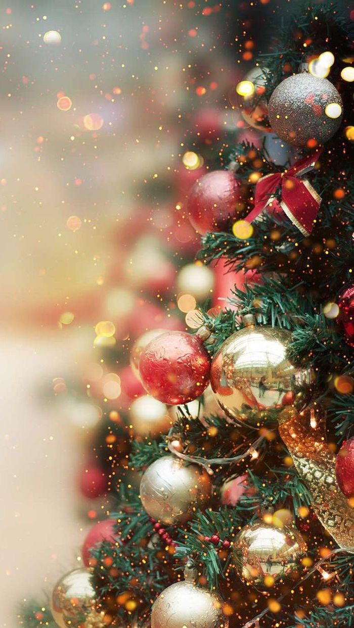 decorated christmas tree, red and gold baubles and ribbons, free desktop wallpaper, blurred background