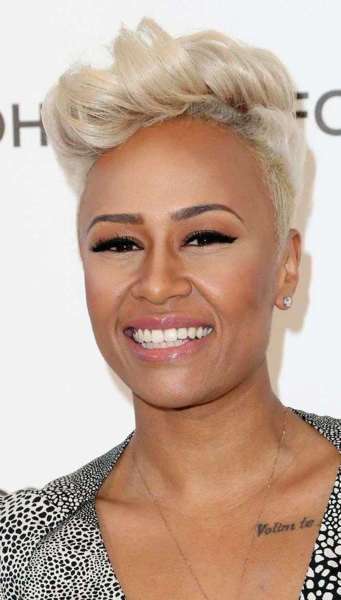 emeli sande smiling, wearing black and white patterned dress, hair color for women over 50, short platinum blonde hair