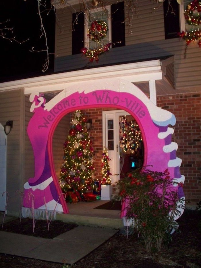 welcome to whoville, grinch inspired front door decoration, outside christmas decoration ideas, decorated christmas tree on the porch