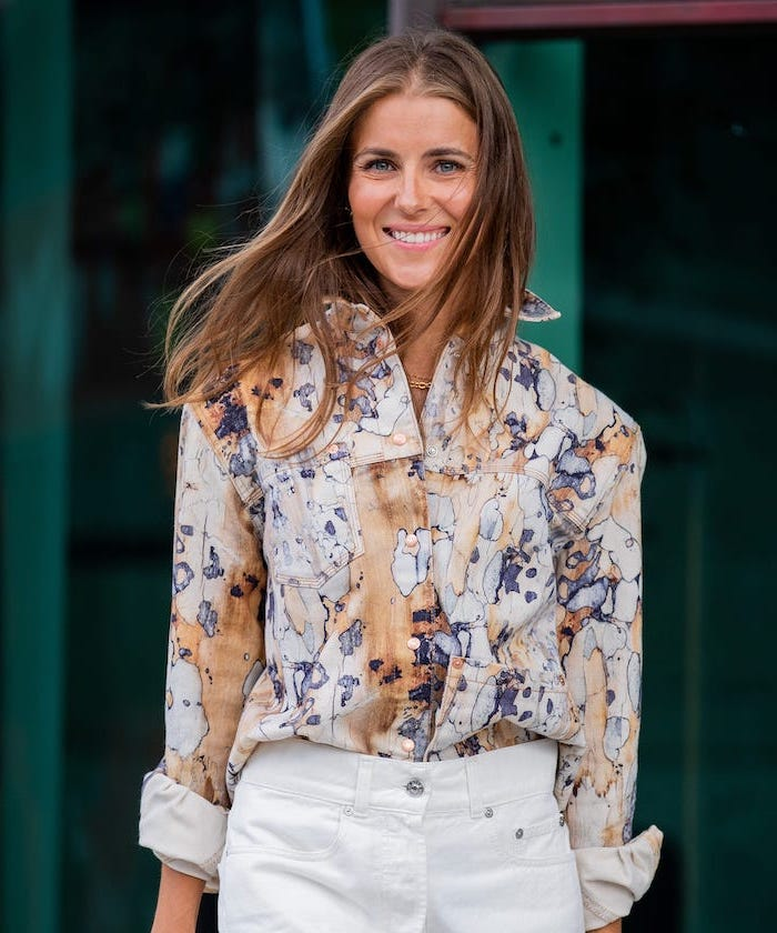 woman wearing white trousers and floral shirt, blonde hair color ideas, shoulder length brown hair with blonde highlights